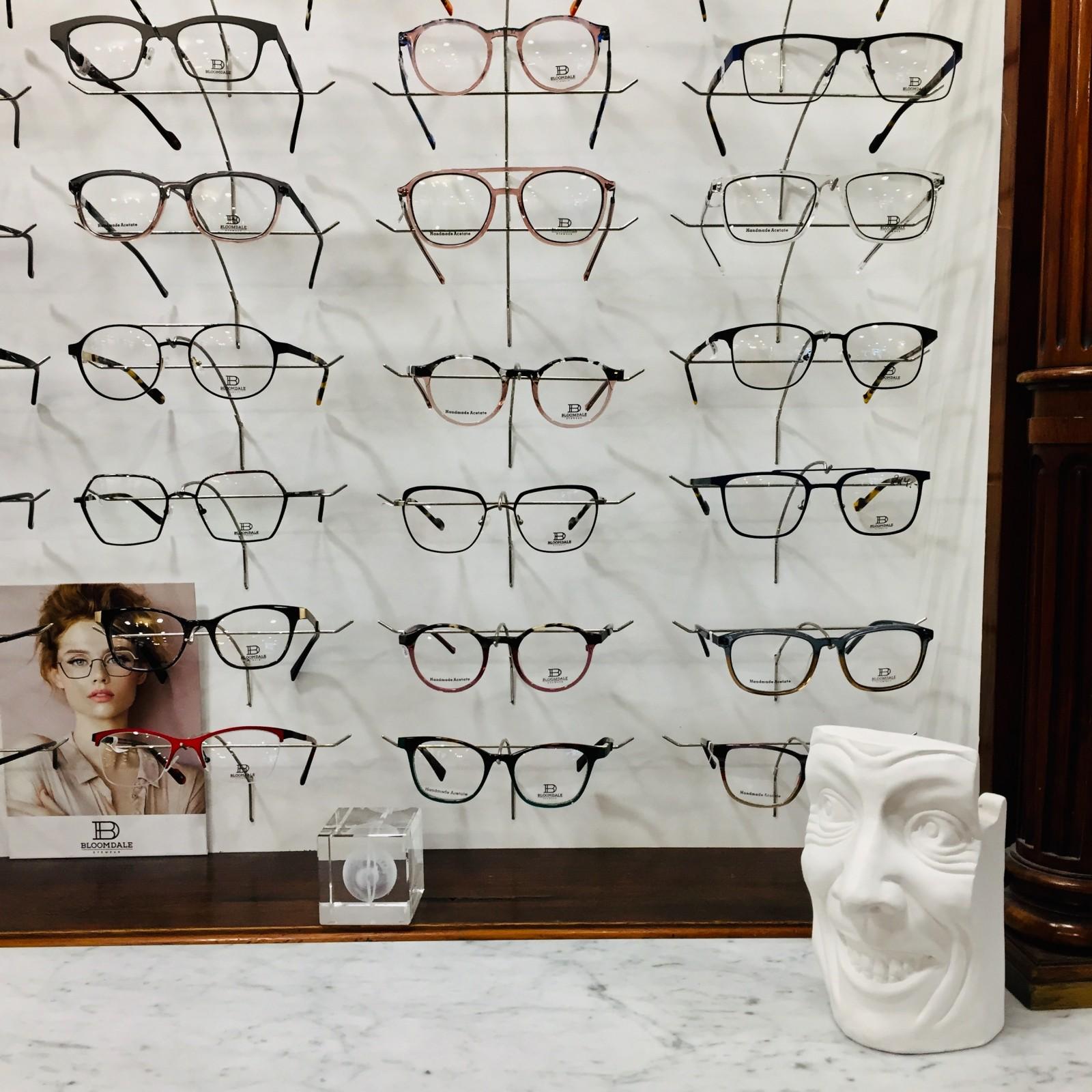 Wand mit Brillenmodellen